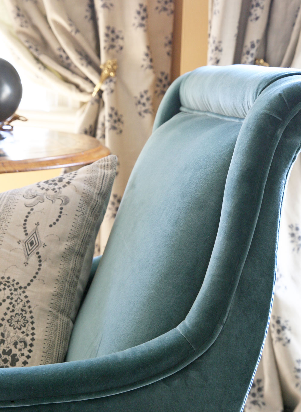 teal-velvet-chair-close-up