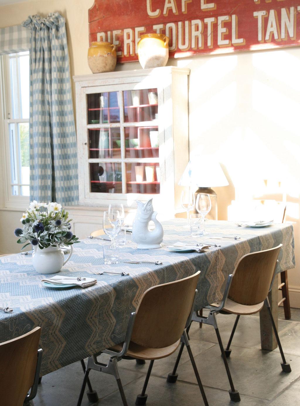 elodie-blue-table